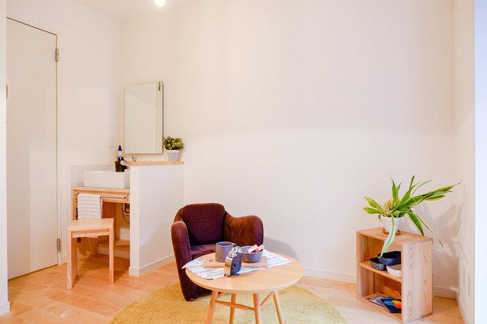 インテリアアイテムが少なく、シンプルで殺風景なお部屋には大胆にアクセントを付けたソファ使いも素敵です。ボリュームのあるパープルのソファは、お部屋の中で特等席のような存在感を放っています。