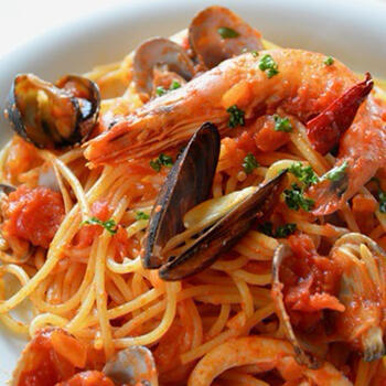 ペスカトーレは、漁師という意味。魚介のうまみがたっぷりのトマトソースパスタです。イタリアらしい味として、レストランでも人気ですね。有頭エビやムール貝など使うと豪華です。