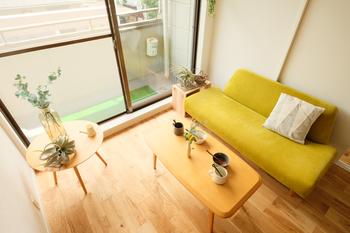 ソファを選ぶときに「ひじ掛け」の無いフラットなデザインを選ぶとスッキリとした印象の部屋に見せることができます。厚みのあるふかふかタイプもひじ掛けが無いだけで軽やかに見えますよ。