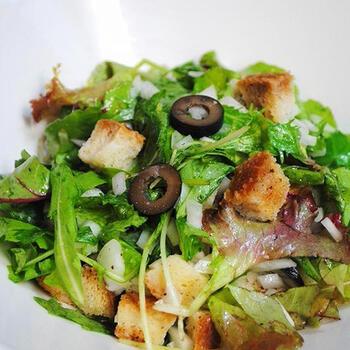 肉や魚料理に野菜が付いていない場合は、そのあとでサラダなど野菜料理を別に注文するコース構成もあります。野菜を摂るのが目的なので、シンプルなのが基本。メイン料理のあとは、グリーンサラダなどさっぱりした味わいがよりおいしく感じられます。