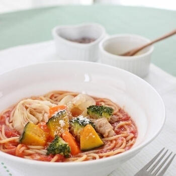 野菜をたっぷりとれるスープパスタのレシピ。鍋で水・トマトの水煮などを煮立ててから、温野菜を加えて茹でたパスタを入れれば完成! かぼちゃやにんじん、キャベツや玉ねぎなど、いろんな野菜と相性がいいので、冷蔵庫にある野菜を使っても活躍しそうです。