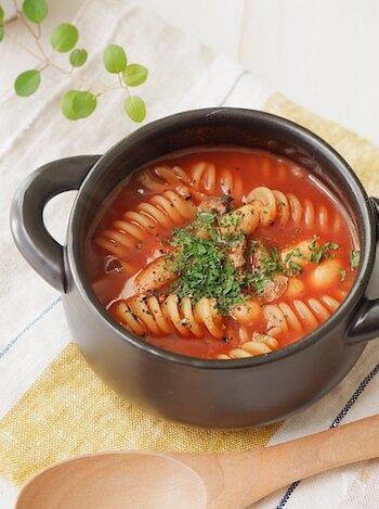 トマトジュースにきのこ・豆・ショートパスタを加えることで、ボリュームのある一品に。15分程度で作れるため、忙しい日の朝食としてもおすすめです。簡単なのに、食卓が華やかになる一皿です。