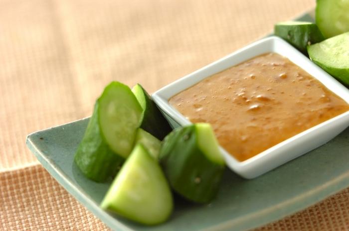 醤油代わりに使うことができる醤油麹。マヨネーズに混ぜて、少しこってりとさせると、野菜を美味しくするソースに大変身! きゅうりと一緒におつまみとしてどうぞ。