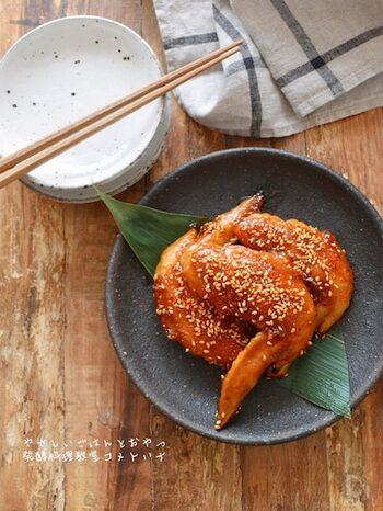 醤油麹で鶏肉をもみ込んで柔らかくし、焼き上げるときにも醤油麹を入れたタレで仕上げます。お砂糖は使わなくても、みりんと醤油麹で自然な甘さで美味しい甘辛味に仕上がります。