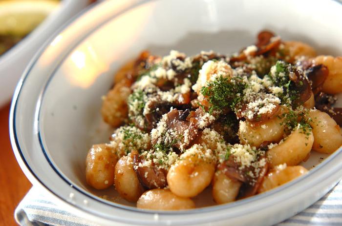 ニョッキは、お団子のような形のパスタの一種。小麦粉とじゃがいもで作られることが多いようです。ソースは、トマトやジェノベーゼなど自由に。このレシピのように赤ワイン入りのきのこソースも、滋味深く大人の味わい。