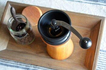 こちらの機械部分はコーヒー用具メーカーとしておなじみのカリタ製。デザインだけではなく使いやすさ、そして豆の挽きやすさにもこだわったコーヒーミルです。コーヒーは小さなお子さんにはまだちょっと早いけれど、ガリガリとした音とコーヒーの香りに包まれながら挽く面白さはお子さんにとっても興味深いはず。ぜひご家族みんなで楽しんでみてください!