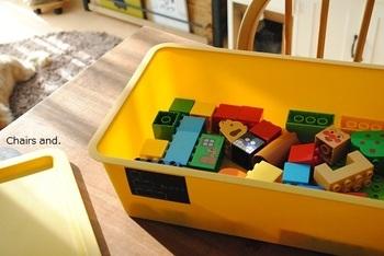 ブロックは一つ一つが小さいし、レゴデュプロ、キャラクター物、ニューブロックなど色んな種類がありますよね。どうしても散らかりやすいおもちゃの代表格です。思い切って付属のケースにしまうのをやめてしまうと、部屋のインテリアに馴染みますよ。