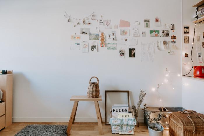 壁一面に、お気に入りをディスプレイ!あえて家具を置かず余白を作っていることで、このスペースが引き立っています。ストリングライトの灯りでさりげなくライトアップして。