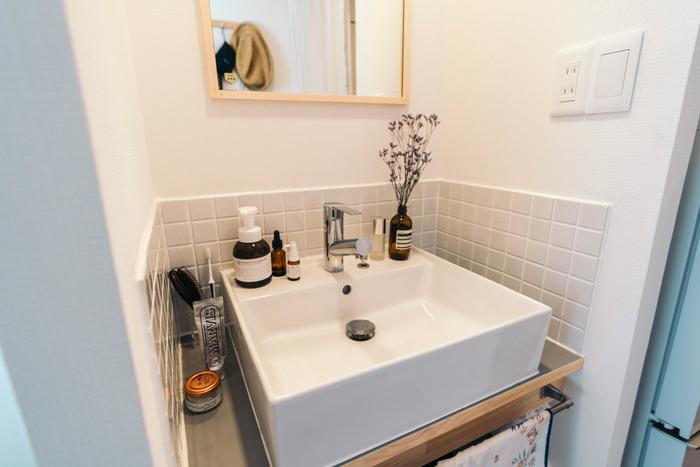 洗面所も、パッケージがおしゃれなお気に入りアイテムを並べれば気分の上がるコーナーに!瓶にちょこっとお花や緑が飾ってあると、さらに特別な空間になります。