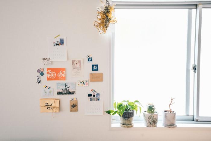 窓の縁、カーテンレールや近くの壁など、飾る場所は自由。かわいくて捨てられないショップカードやフライヤーなども、一箇所に集めて飾ってみましょう。