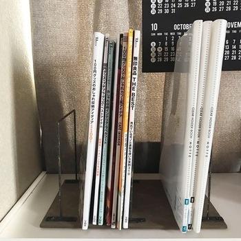 セリアで購入したというSTAINLESS STEEL DEPTH BAR3本と、MDFウッドボード1枚を使って簡単に作れるブックスタンドのアイデアです。 鉄錆風ペイントにし、レトロなブックスタンドに。
