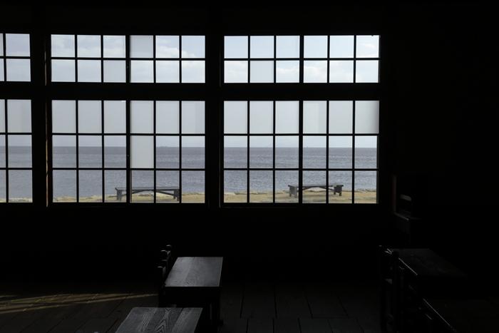 窓の向こうには、美しい瀬戸内海が広がります。  ノスタルジックな雰囲気は、静かにじっくりと瀬戸内の空気を味わうにもピッタリです。