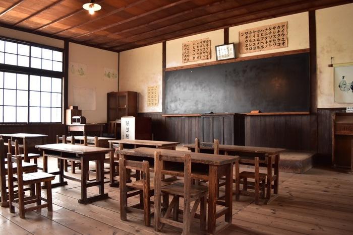 劇中で、希和子と薫が学校ごっこをするのは、あの名作「二十四の瞳」のロケの舞台が改築保存された「二十四の瞳 映画村」。校舎に立ち入れるのはもちろん、椅子に座ったりしながら映画の登場人物の目線を体験しながら作品の追体験をすることができます。  作品のファンのみならず、映画抜きにしても、旅先で立ち寄るレトロな校舎というロケーションに、心躍らずにはいられませんね!