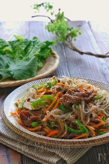 チャプチェは、韓国春雨を使った炒め物です。韓国春雨は日本のものとは違い、さつまいものでんぷんが主原料で、もちもちとした食感が特徴的です。プルコギ同様醤油ベースなので食べやすく、ご飯が進みます。