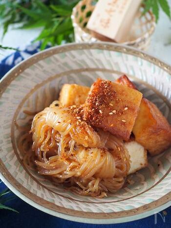 和食の副菜なら、煮物もおすすめです。食材2つ、めんつゆを使いフライパンで作れるこちらのレシピなら、10分と手早く作れるので何かと役立ってくれますよ。おつまみにも◎
