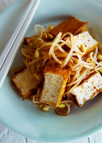 もやしのナムルと和えた副菜のレシピ。豆板醤のピリ辛が、厚揚げと好相性です。もやしだけよりもかなりカサ増しになるので、献立がボリューム不足だと感じた時に役立ってくれます。