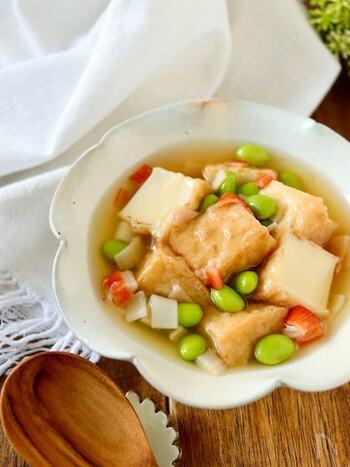白だしメインで煮る、優しい色と味わいが染みる煮物レシピ。彩りの枝豆とカニカマが綺麗ですね。あんかけにするので冷めにくく、寒い時季に食べたくなります。