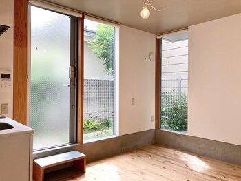 こちらは、住宅街の小径を抜けた先にある、ナチュラルでシンプルな築浅のお部屋。アーバン感とナチュラル感がそれぞれほどよく融合していて窓も大きめ。日当たりの良い開放感のあるお部屋ですね。日本家屋を想わせる木目調のフローリングや柱には温かみがあり、緑もあるのでリラックスできます。