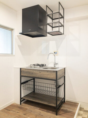 このお部屋のおススメポイントはこのスタイリッシュなキッチン!なんだか、外国の小さなロッジのような雰囲気だと思いませんか?2口ガスコンロで調理時も安心ですし、水道の蛇口がカッコイイ。作業台を置けば、もっと使いやすくなりそうですね。部屋とキッチンがスライドドアで仕切られているのも高ポイント。
