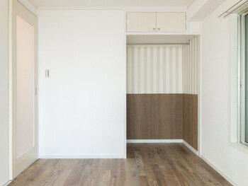 生活スペースの洋室も明るく、ブラウンと白でまとめられたナチュラルなお部屋です。ストライプがかわいいオープンクローゼットの上部には棚もありますので、収納面も安心。コンパクトですが、収納やインテリアなどを工夫してとてもオシャレに使いやすくなりそうなので、アレンジの腕がなりますね!