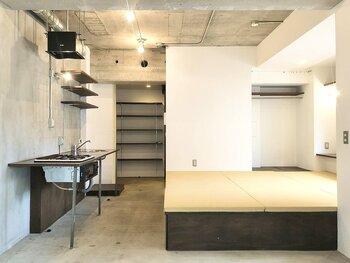 落ち着きのある和モダンなお部屋。コンクリート打ちっぱなしの広々とした空間の中に琉球畳の小上がりがあり、その下は大容量の引き出し式収納として使えます。無駄のない洗練された、大人シックな住まいですね。