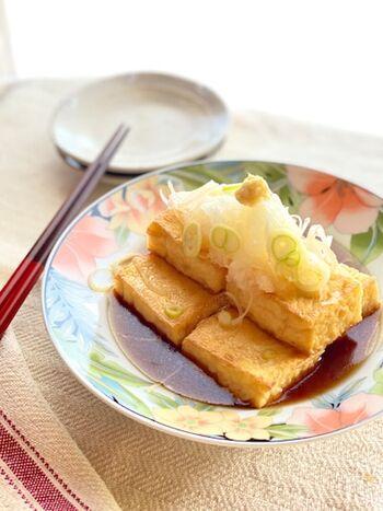 豆腐を揚げた厚揚げを焼くことで、揚げ出し豆腐風に簡単アレンジ。簡単なだけでなく、油を使わないのでヘルシーなのも嬉しいポイントです。