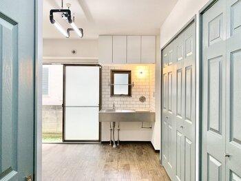 クローゼットのドア・キッチンの壁・照明と細部までこだわりがあり、とことんオシャレ!機能性もバツグンで暮らしやすく、おうちに帰るのが楽しみになりそうなお部屋ですね。