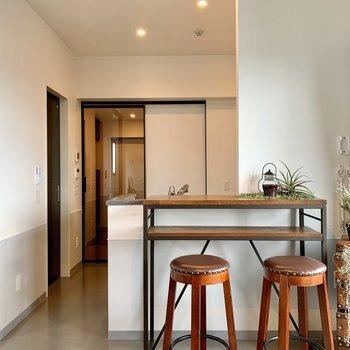 生活スペースをきちんと区切れるのもうれしいですが、この玄関に続くドアが透明なの、すごくカッコイイと思いませんか?空間が広く感じられるというメリットもあります。洋室や玄関の収納も充実していますので、オシャレさんにはうれしい機能がつまったお部屋です。