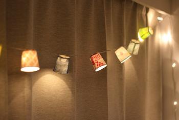 紙コップとはぎれを使って作るガーランド。電飾に通すとおしゃれな照明にもなります。カラフルな柄が光に照らされ綺麗ですね。