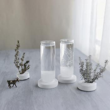 円柱ボトルと石膏の丸い台座で仕上げられたストームグラス。高さがあるので小さな結晶ができたときボトルの中を雪のようにふわふわと漂い、その様子を眺めているだけで心癒されます。