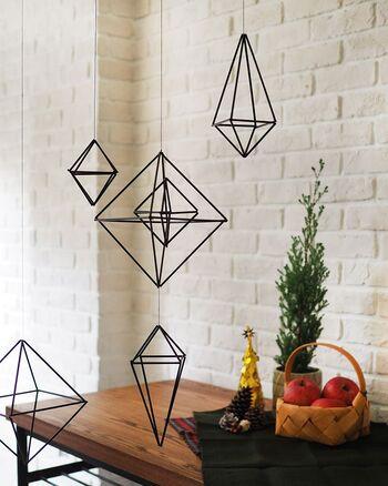 フィンランド発祥のモービル「ヒンメリ」は、クリスマスの装飾として用いられています。ストローやワイヤーなど身近な材料を使って簡単に作ることができますよ。天井から吊るすと、揺らめく様子も楽しめます。