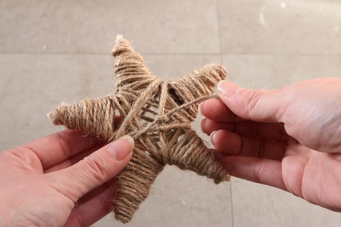 麻ひもを使った星のオーナメント。竹ひごで星の形を作り、麻ひもをぐるぐると巻き付けています。天然素材のナチュラルさがいいですね。麻ひもの代わりに毛糸もおすすめです。