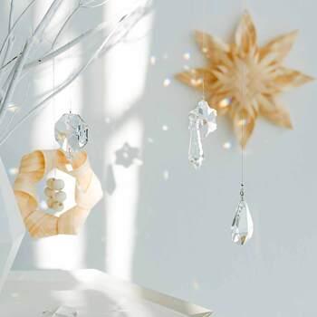 由緒あるチェコのシャンデリア工場で作られたこちらのサンキャッチャーは、吸い込まれそうなほど美しい透明感が魅力です。古くからヨーロッパの王族や貴族に愛されてきたボヘミアガラスを贅沢に使っており、シンプルながらも抜群の存在感を放ちます。