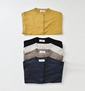 中でも、コットン100%のタイプは一年中使える優秀アイテムで、真夏でもUV対策やクーラー除けに活躍してくれます。春夏は白やブルーなどの明るい色、秋冬は黒やグレーと、同じアイテムでも色の衣替えをするのもおすすめです。