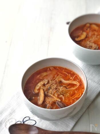 チゲといえば豆腐を使ったスンドゥブチゲがよく知られていますが、韓国ではツナを使ったものも定番なんだとか。きのこメインでヘルシーなのに、食べごたえがあるのでダイエットにも◎