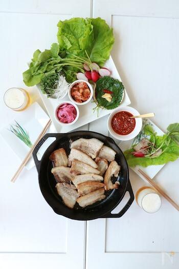 日本の焼肉屋でもよく見かける、サンチュで包むサムギョプサルのレシピです。基本は豚バラ肉を焼いてサムジャン(タレ)を作るだけとお手軽。彩り野菜をプラスすればより映えて、女子会やおもてなしにもぴったりです。