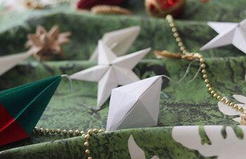ひし型のオーナメントは画用紙を折って広げて、また折ってを繰り返して、最後に折り目に合わせて組み立てていきます。シンプルな白以外にも、カラフルなものを何色か作って飾ると華やかなツリーになりそうですね。