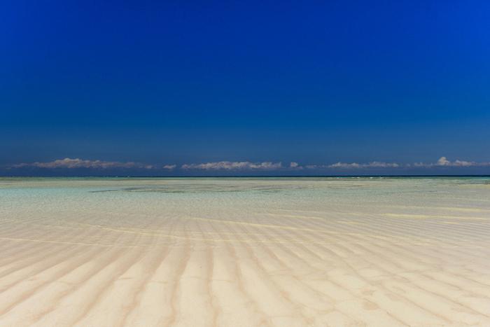映画のロケ地は、鹿児島県・与論島。  鹿児島空港や奄美空港、那覇空港から飛行機で1時間前後の場所にあります。  海は透明度の高いミルキーブルー!「日本にこんな場所があるの!?」と思うほどの美しい海に囲まれた島です。