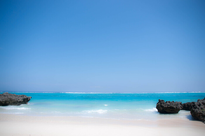 ちょっと不思議なメルシー体操が毎朝繰り広げられていたのは「トゥマイビーチ」。「寺崎海岸」という海岸のすぐお隣にあります。映画の中で印象的な、海辺のかき氷屋さんも、かつてはここにあったのだとか・・・。  DVDジャケットをまねして写真を撮ったら、あとはひたすら、この海をうっとり見つめながらたそがれたい!