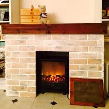 カラーボックスと木材を組み合わせて作った暖炉風のテレビ台。軽量レンガを貼り付けているので、本物の暖炉のようなリアルさです。カラーボックスを使っているため、ハイタイプのテレビ台になります。