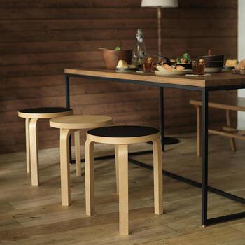 座る以外にもサイドテーブル代わりに使えたりと、あると便利なスツールも黒を選ぶことで空間のおしゃれなアクセントになります。シンプル&コンパクトなデザインながらも黒を選ぶと、スタイリッシュな雰囲気になりますね。こちらのように、いくつかの色を組み合わせて配置するのもメリハリが生まれて素敵です。