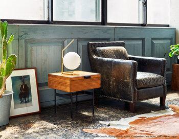 他ではあまり見かけない、収納付きのテーブルです。フランスを代表するデザイナー「ピエール・ポラン」によりデザインされたこちらのアイテムは、軽やかながらも落ち着いた佇まいが魅力的です。木目が感じられるデザインでナチュラルな雰囲気もあり、どんな空間にも馴染みやすいです。
