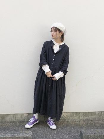 シルエットが素敵なシャツワンピース。レイヤードが自在なワンピースには、袖のデザインが素敵なカットソーを重ねて。インナーの白にならってベレー帽やソックスも白に。コーデのポイントは紫のスニーカー。モノトーンでも素材やシルエットがゆったりしているので、着心地の良い北欧を感じる着こなしになります。