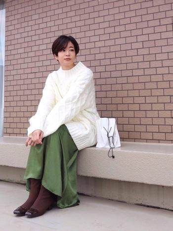 ロング丈の肉厚ニットは、編み目がかわいいシンプルなデザインがおすすめ。お好みのとろみのあるスカートとブーツで、私らしく着こなしましょう。白いニットは顔が明るく見えますし、ほっこり感が何とも言えないですね♪