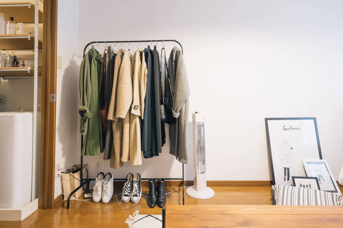 お気に入りの洋服たちをおしゃれなセレクトショップ風にディスプレイ。合わせたいシューズ類も一緒に足元に置いておくと、コーディネートを考えるとき便利です。