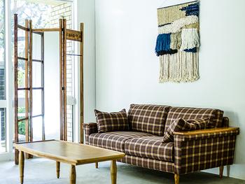 三面のデザインだから、お部屋の中で簡易的なパーテーションとしても活躍。衣服をラフに掛けたり、観葉植物を吊り下げたりと、こなれた印象のディスプレイスペースをつくることができます。