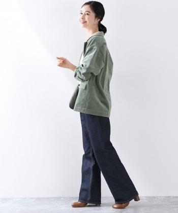 カジュアルなコーデュロイジャケットもテーラー仕立てなら、デニムを合わせてもきちんと感があるので、お仕事にも着回せますね。インナーにはきれいめシャツやブラウスはもちろん、タートルネックでも襟元がすっきり見せられます。