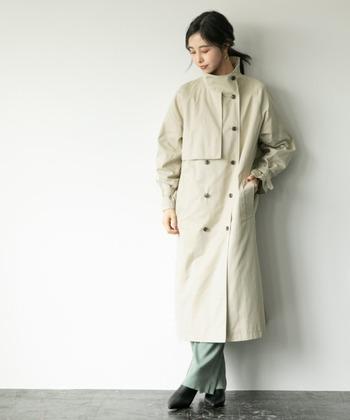 スタンドトレンチコートが主役のスタイリッシュコーデ。特徴的なスタンドカラーと張りのある素材の長めの丈感により、大人っぽく仕上がります。首元から膝丈まで、しっかりと雨風からも守ってくれますよ。