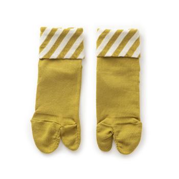 """ソックスを履いていると、ふくらはぎへの締付けが気になってくることありますよね。しめつけないシリーズでおなじみの""""しめつけないくつした""""は、ボディ部分に細い糸を2本合わせて編むことでゆったりとした履き心地。こちらに、足袋が仲間入りしました。  吐き口を折り返すと斜め縞模様が出現。足元のアかわいいクセントになりますね。"""
