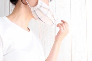 マスクを外すときやずらすとき、ついつい下(顎側)にずらしてしまっていませんか?頬などが摩擦で傷ついてしまうため、マスクは片側の耳のゴム部分を持って外すようにしましょう。こうすると、マスクの布で肌を擦ることが少なくなります。